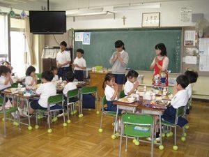 東星学園小学校 校長 大矢正則 カトリック ミッション 男女 1年生給食開始(3)