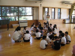 東星学園 大矢正則校長 カトリック ミッション 男女 1年生…幼稚園との交流会(3)