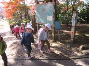 東星学園 校長・大矢正則 1年生 清瀬 私立 小学校 秋の遠足~みんなで たのしく 山を あるきましょう!~(2)