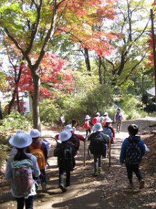東星学園 大矢正則校長 カトリック ミッション 男女 1年生 秋の遠足~みんなで たのしく 山を あるきましょう!~(9)