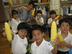 東星学園 校長・大矢正則 カトリック ミッション 男女 1年生 とうもろこしの皮むき体験(2)