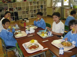 東星学園 校長・大矢正則 カトリック ミッション 男女 1年生 とうもろこしの皮むき体験(5)