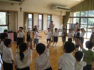 東星学園 大矢正則校長 カトリック ミッション 男女 1年生と幼稚園生との交流会(3)