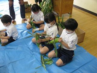 東星学園 大矢正則校長 カトリック ミッション 男女 1年生 とうもろこしの皮むき体験(3)