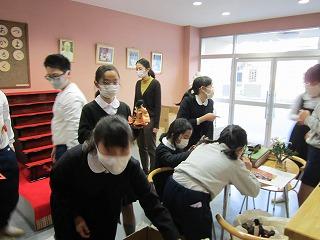 東星学園 校長・大矢正則 清瀬 私立 小学校 ひな人形の飾りつけ(2)