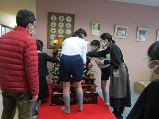 東星学園 大矢正則校長 カトリック ミッション 男女 ひな人形の飾りつけ(3)
