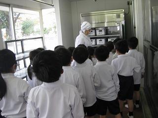 カトリック ミッション 男女 東星学園 大矢正則校長 1年生給食開始(1)